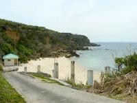 伊計島の伊計ビーチ - ホテルからは遠く最後は坂道