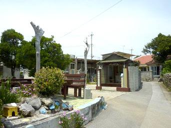 伊計島の貝がらショップ&軽食 もんやー「小さな建物がいくつかあります」