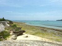 伊計島の伊計島と宮城島の間の海 - 磯(イーノー)がしっかりあります