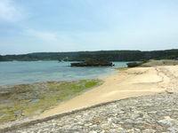 伊計島の伊計島と宮城島の間の海 - 泳ぐにはキツイが磯遊びには良いかも?