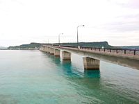 平安座島の浜比嘉大橋