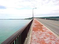 平安座島の浜比嘉大橋 - 浜比嘉島側から平安座島を見る