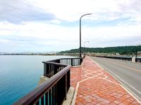 平安座島の浜比嘉大橋 - 歩道の途中には展望スペースあり