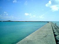 浜比嘉大橋脇の海