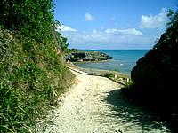 浜比嘉島のアマミチュー近くの海 - いかにも離島の道でいい感じです