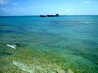 浜比嘉島のアマミチュー近くのビーチ - 海の色は多彩です