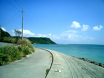 平安座島の石油基地横の海「沖縄石油の横の道を抜けると海が広がります」