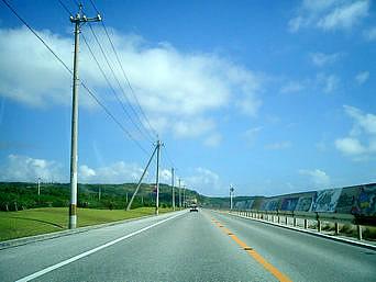 平安座島の石油基地横の道「まっすぐに伸びる道、そして防波堤の絵が印象的」