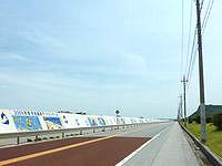 平安座島の石油基地横の道 - 年ごとに絵が描かれているようです