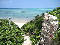 池間島のウハマ - ビーチまでは階段があります