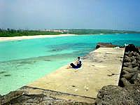 伊良部島の渡口の浜 西 - 防波堤があってそこから見る海も良い