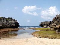 伊良部島の白鳥崎の海 - 潮が引くと小さいながらも砂浜が