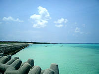 下地島の下地島空港17エンドビーチ/海の色 - テトラポットとキレイな海の色