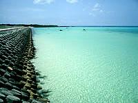 下地島の下地島空港17エンドビーチ/海の色 - こんな海で足だけ浸かるのもいいかも
