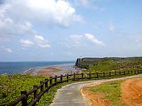 伊良部島の白鳥崎の展望台 - 遠くにフナウサギバナタも見えます