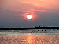 伊良部島の佐和田の浜の夕日 - 佐和田の浜のごつごつした岩が印象的