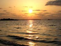 伊良部島の佐和田の浜の夕日 - 水面に映る夕日が最高です