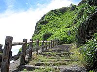 伊良部島のサバ沖井戸/サバウツガー - 昔はこの階段を上り下りして水を汲んだらしい