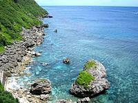 伊良部島のサバ沖井戸の海 - 階段の上から見ると透明度の高さが分かる