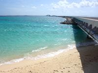 伊良部島の伊良部大橋 伊良部島側 - 長山の浜の上に橋が載っています