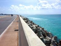 伊良部島の伊良部大橋 伊良部島側 - 伊良部島側には海を埋め立てた海中道路