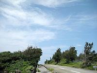 下地島ののどかな下地の道 - 北風の時はこの道の上を飛行機が飛んでくる