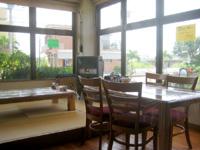 伊良部島のまるよし食堂 - 店内はテーブル席と座敷席