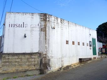 伊良部島のインスラ・カフェ/insula cafe「建物はやや汚れ気味」
