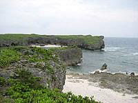 下地島の帯岩/下地島巨岩 - 中の島方面を見ます
