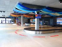 下地島のみやこ下地島空港ターミナル - 到着ロビーはこれだけなのに施設利用料を取るか?