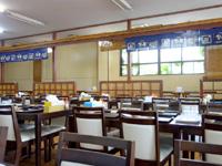 伊良部島の魚市場いちわ - 店内は広いけど団体予約で大部分を占拠
