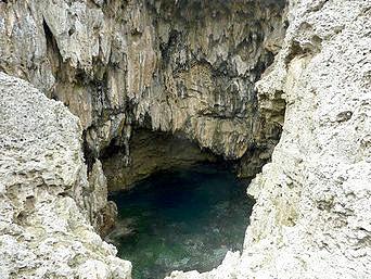 下地島の鍋底「神秘的な穴です」