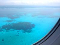 下地島の下地島空港17エンド/誘導桟橋 - 飛行機から見る35エンド沖の海の色