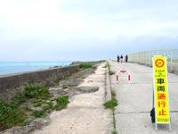 下地島の下地島空港17エンド/誘導桟橋 - 35エンド脇道路は車両進入禁止(通り池側)