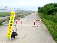 下地島の下地島空港17エンド/誘導桟橋 - 35エンド脇道路は車両進入禁止(佐和田の浜側)