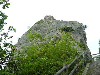 伊良部島のヤマトブー大岩「とても大きな岩です」