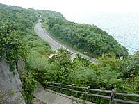 伊良部島のヤマトブー大岩 - 岩の脇の階段から景色を眺める