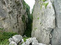 伊良部島のヤマトブー大岩 - 岩と岩の間の空間は神秘?
