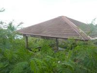 伊良部島の牧山公園/豊見氏親墓碑 - 大岩近くの休憩所は緑で埋もれる