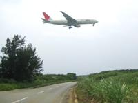 下地島の下地島空港35エンド/サンゴエンド - 道路上を通過する様子はダイナミック