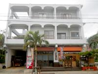 伊良部島のなかゆくい商店 - 3階建ての1階の軒先にあります