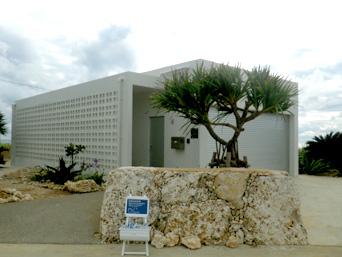 伊良部島のガラススタジオ コーラルブルー「渡口の浜の近くの綺麗な白い建物」