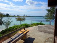 伊良部島の佐和田の浜の休憩小屋 - ここに誰も居ないのは奇跡的かも?
