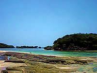 西表島の星砂の浜 - 砂浜と岩場が混在しています