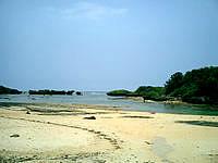 西表島の星砂の浜 - ビーチの左側は浅いのでイマイチ
