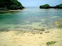 西表島の星砂の浜 - このポイントには目もくれず奥に行きましょう