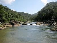 西表島の浦内川軍艦岩 - 船着き場横は穏やかな川の流れ