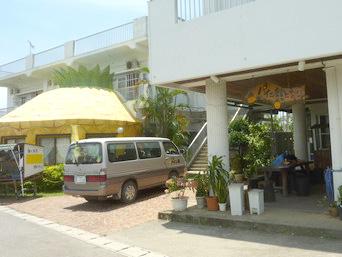 西表島のパイン館のとなり「パイナップルオブジェの隣の建物」