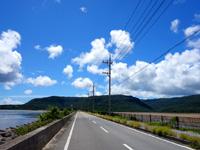 西表島の船浦湾の干潟 - 海中道路で海と干潟が区分