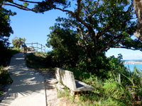 西表島のでんさえ碑/舞台/休憩所 - 遊歩道があって漁港まで行けます
